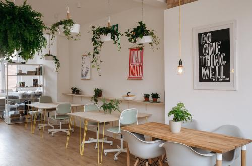 Light and lovely Farringdon desk space (available 24/7)